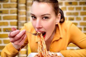 ¿Es mejor fuente de carbohidratos la pasta o el arroz integral?