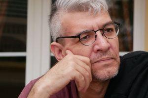 El escritor Emiliano Monge crítica doble moral de México sobre indocumentados