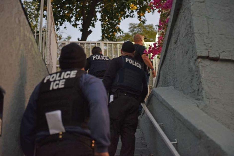 ICE rompe puerta de vivienda con escudo para arrestar a inmigrante frente a su hija de 11 años