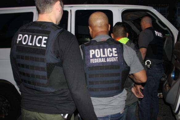 Los agentes no portaban chalecos que los distinguiera como miembros de ICE.