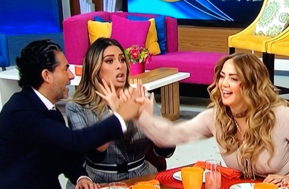 Video: Andrea Legarreta y Raúl Araiza se dan la mano tras 'agresión' al aire en 'Hoy'