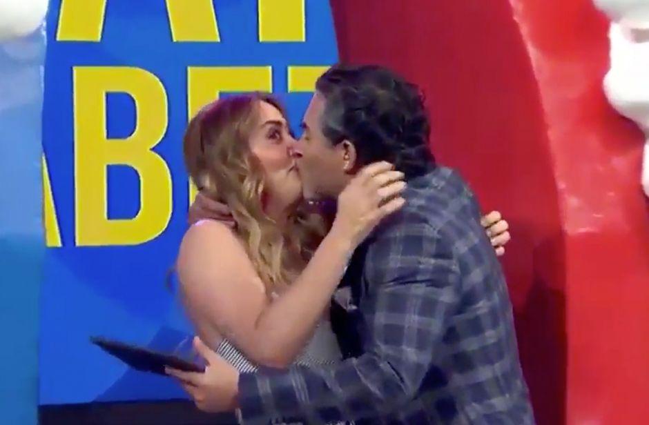 Video: Raúl Araiza le planta beso en la boca a Andrea Legarreta durante 'Hoy' en vivo