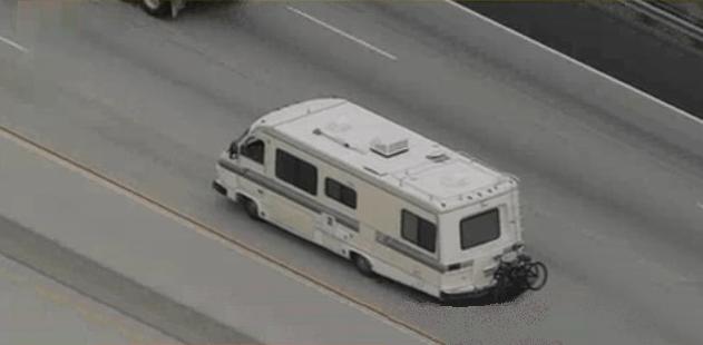 Ahora mismo, la caravana huye velozmente de la policía.