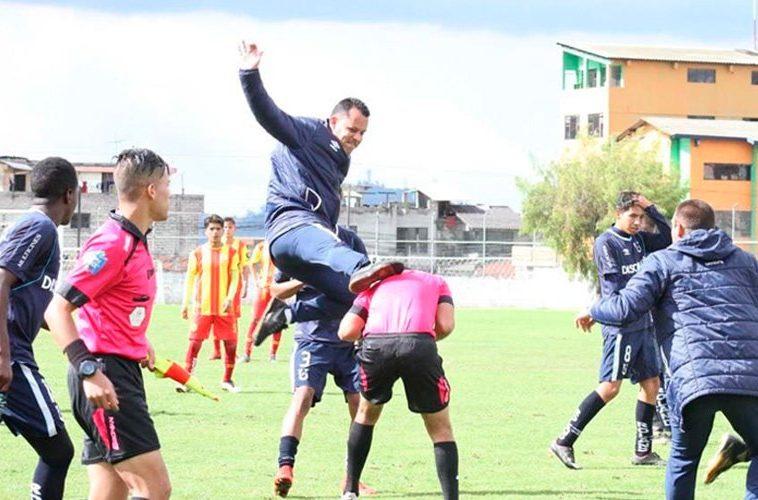 Árbitro fue agarrado a patadas por marcar un penalti en Ecuador