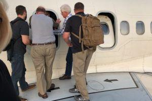 Pasajeros salen al ala de un avión de Delta Airlines tras una emergencia en vuelo