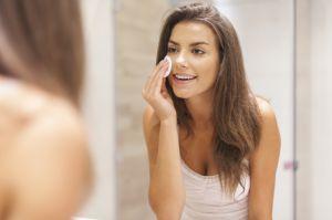 ¿El maquillaje protege nuestro rostro de los rayos ultravioletas del sol?