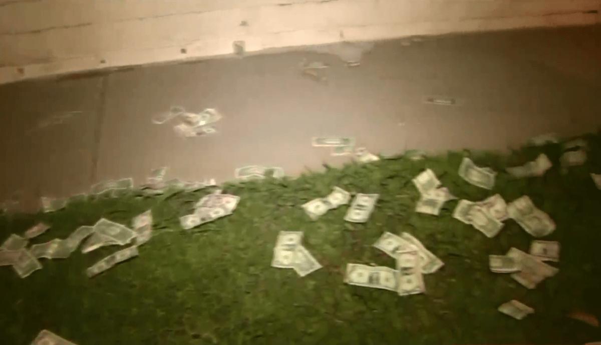Durante la persecución, los sospechosos empezaron a arrojar dinero por las ventanillas.