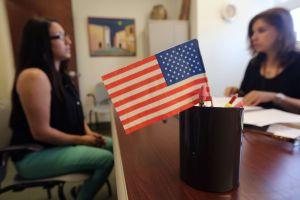 """10 ajustes de USCIS para cumplir con la orden """"Compra americano, contrata a estadounidenses"""""""