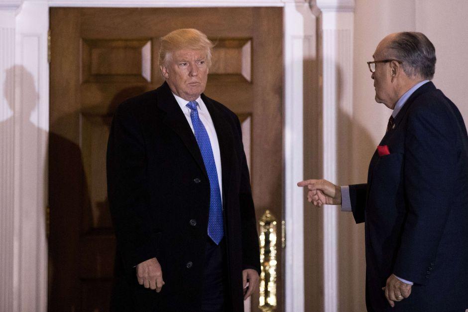 Trump respalda a Giuliani, pero algunos asistentes desearían que él cortara esos lazos
