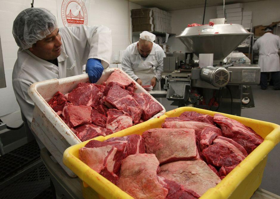 """Procesadores de carne sienten """"duro"""" la falta de trabajadores inmigrantes"""