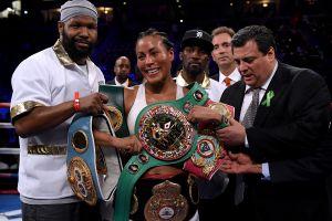 Boxeadora recuerda que no le gustó el beso en la boca que le plantó rival en plena conferencia de prensa