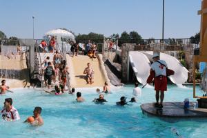 7 arrestados por intento coordinado de acosar a niñas en parque acuático de California