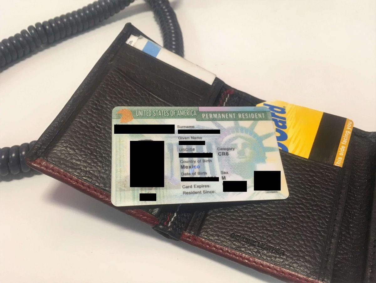 """Los beneficiarios de una """"green card"""" deben portarla en lugares públicos."""