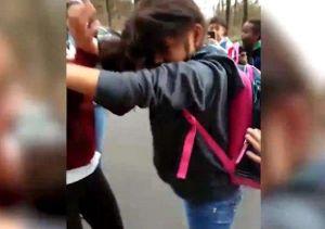Menor patea, arrastra y la emprende a golpes contra guatemalteca porque no habla inglés