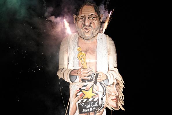 Queman figura del productor Harvey Weinstein en Inglaterra, a finales de 2017.