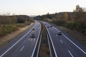 ¿Cómo podemos calcular las distancias entre los autos en la vía rápida?