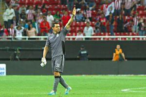 ¡No lo olvidan! La emotiva bienvenida de la afición de Chivas a Rodolfo Cota