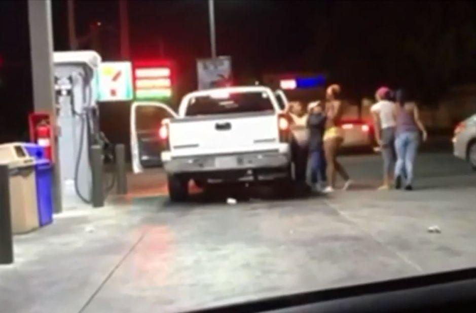 Cuatro mujeres atacan y roban a familia que vende fruta en gasolinera de Lancaster