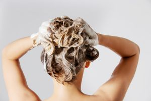 ¿Cómo lavar el cabello para mantenerlo sedoso y brillante?