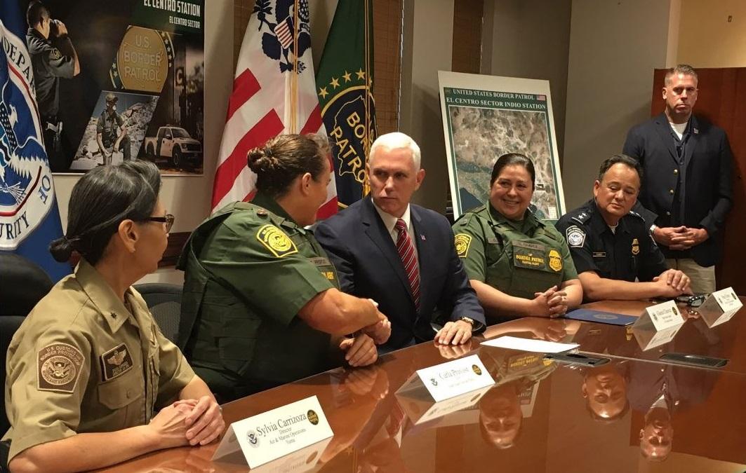 El vicepresidente en reunión con funcionarios de la Patrulla Fronteriza en California.
