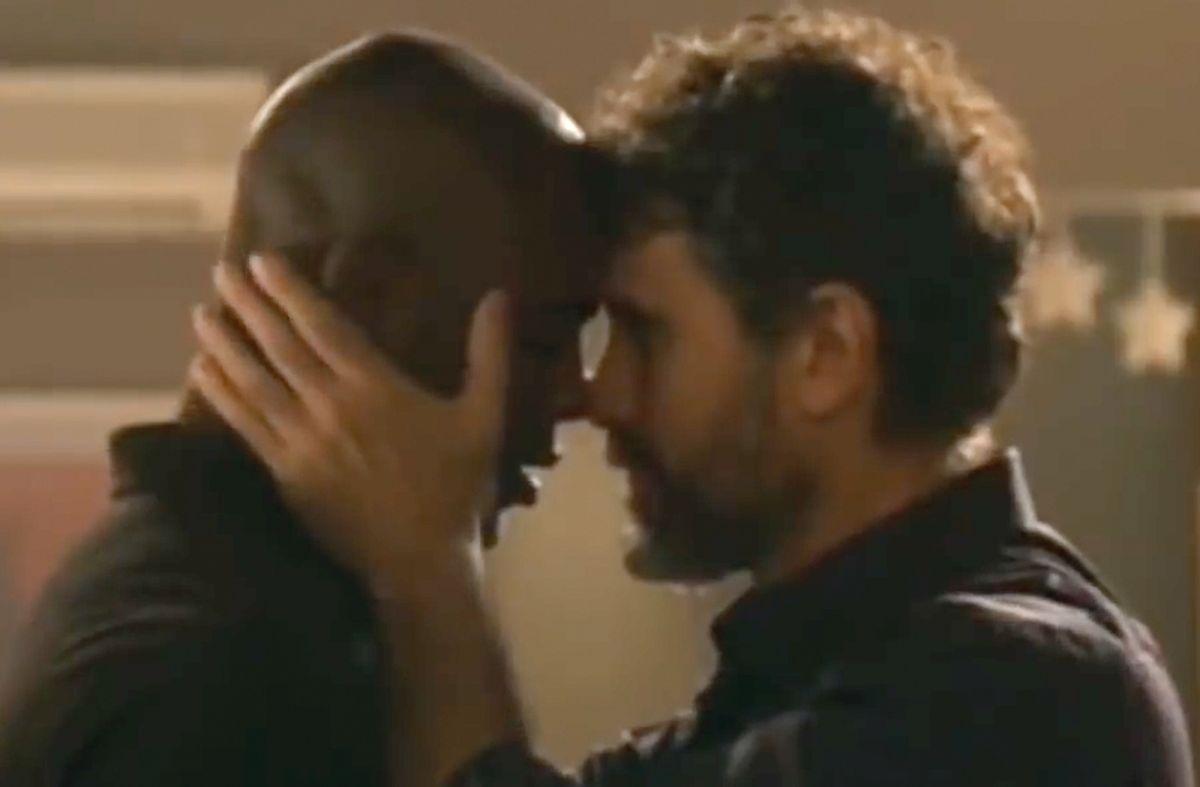 """Beso gay en la telenovela """"El Otro Lado del Paraíso"""""""