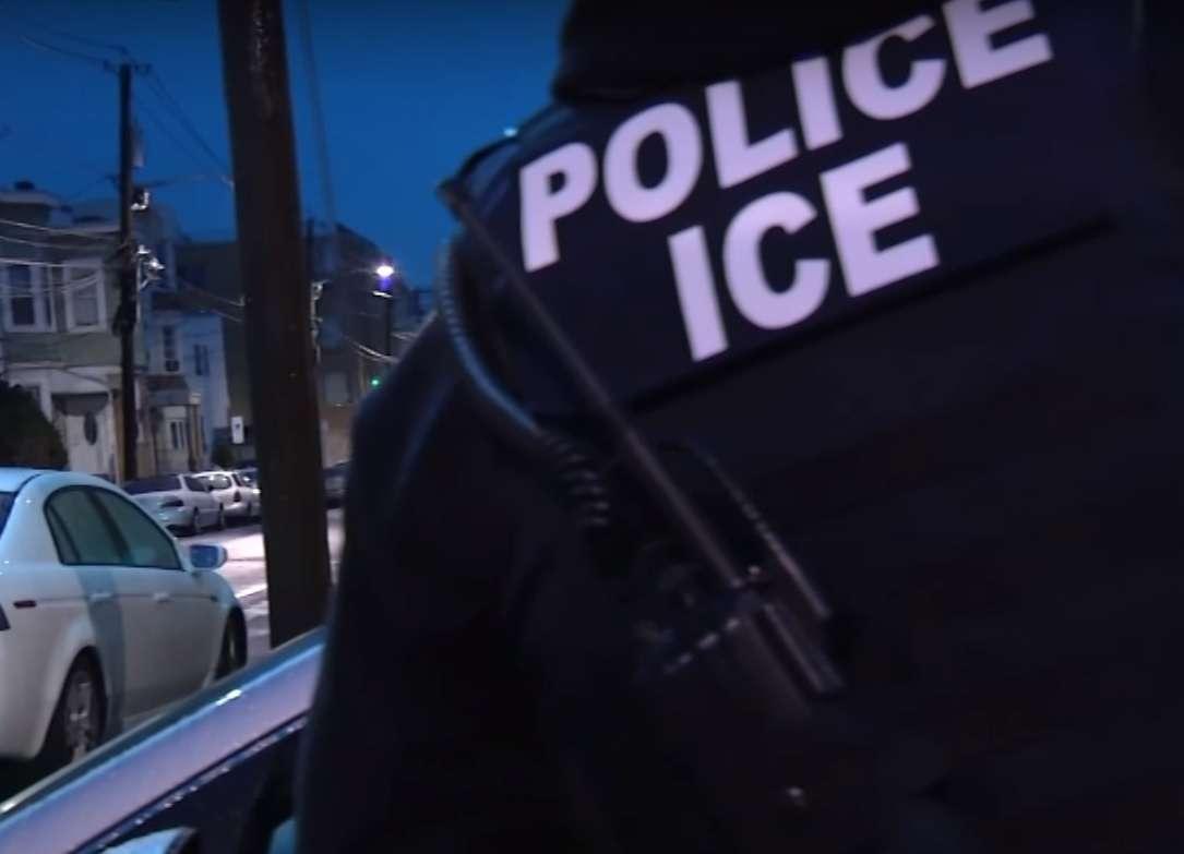 Es importante que un inmigrante porte el número de quien pueda ayudarlo si es detenido.