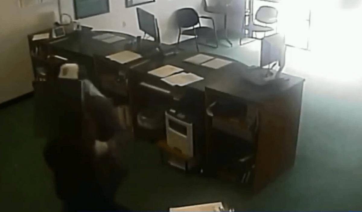 La cámara de seguridad captó el robo.