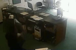 Empleada atada por ladrón armado en robo de negocio de cobro de cheques en Fullerton