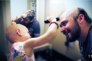 El cabello no es lo que te define, la lección de un padre a su hija calva