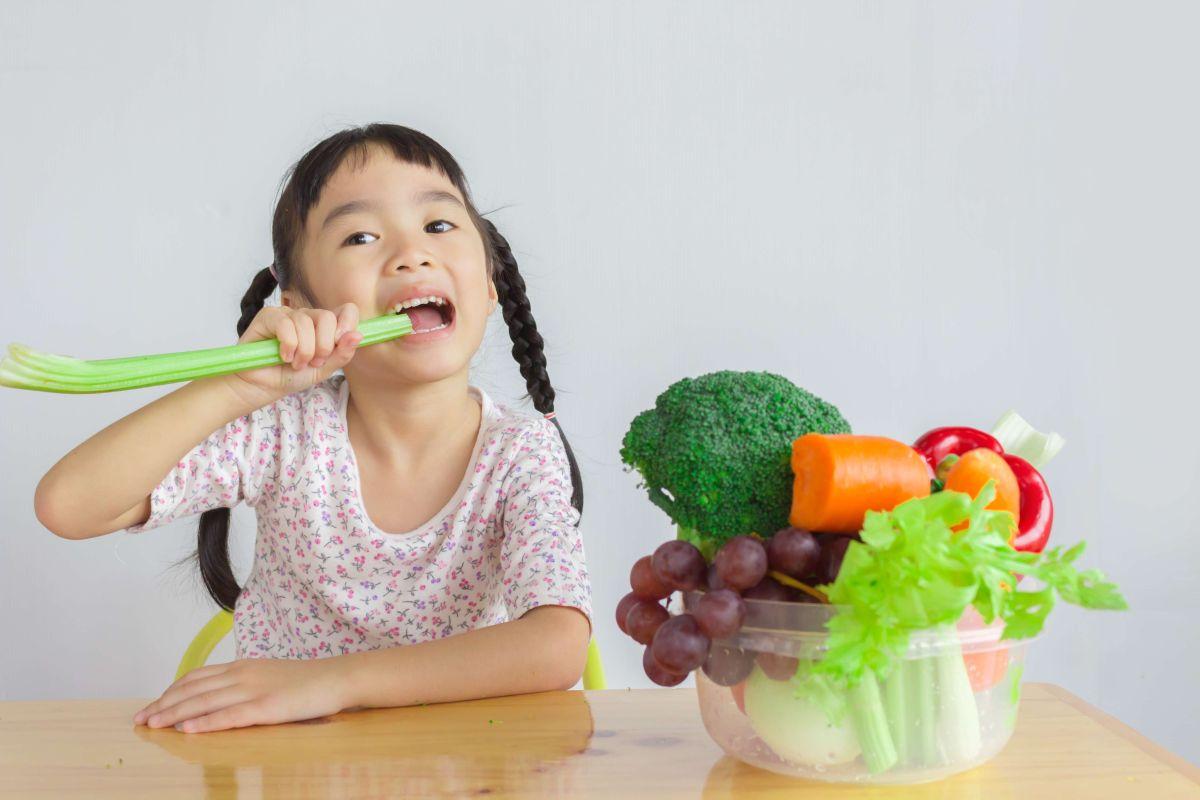 Hay que enseñar a los niños a comer verduras, ensaladas y frutas desde muy temprana edad.