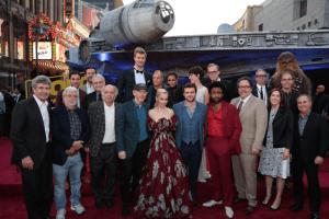 """Estelar premiere de """"Solo: A Star Wars Story"""" en Hollywood, Halcón Milenario incluido"""