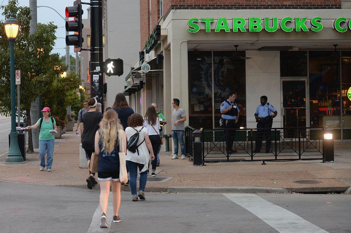 Starbucks permitirá a cualquiera sentarse en sus locales y utilizar sus aseos