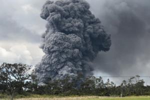 El volcán Kilauea de Hawái entra en erupción, creando una nube de ceniza de 30,000 pies de altura