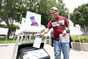 Estudiantes ejercen su voto por primera vez en Norwalk