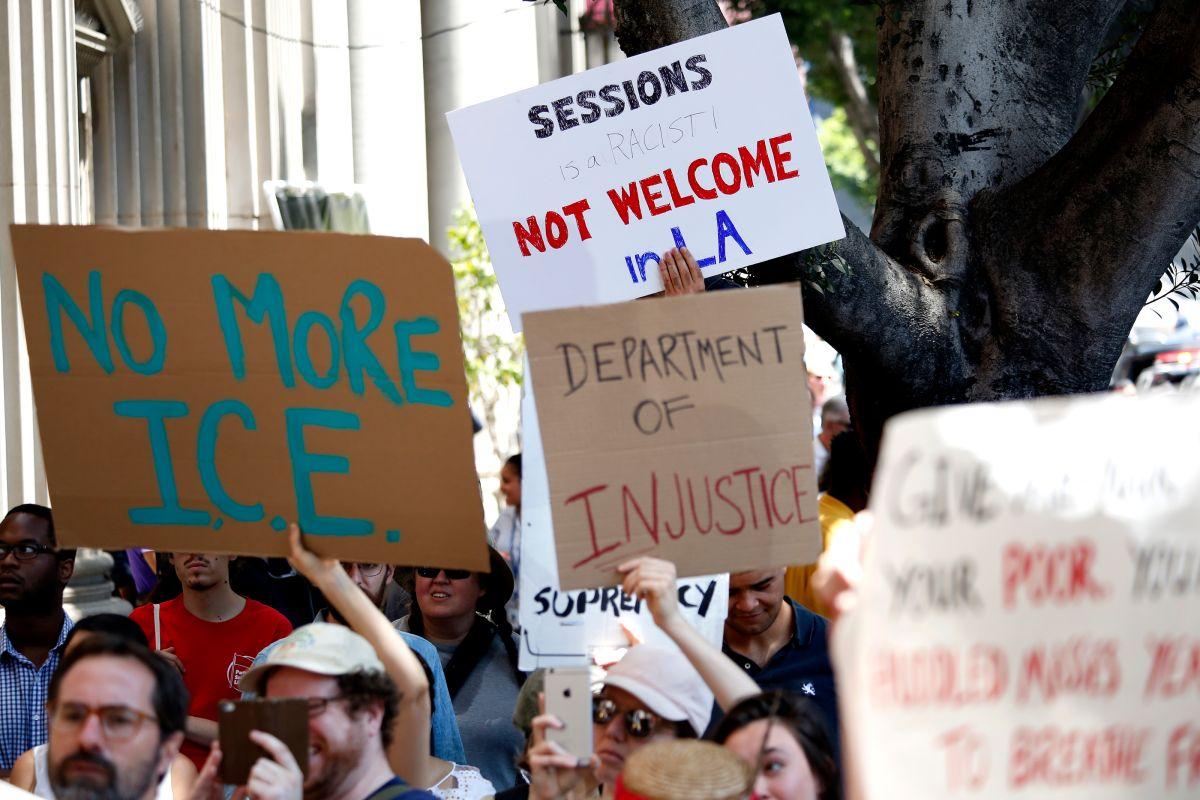 Activistas rechazan la presencia del fiscal Sessions, quien recalcó su oposición a la inmigración ilegal