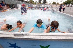 Piscinas portátiles ayudan a niños a aprender a nadar de forma gratuita