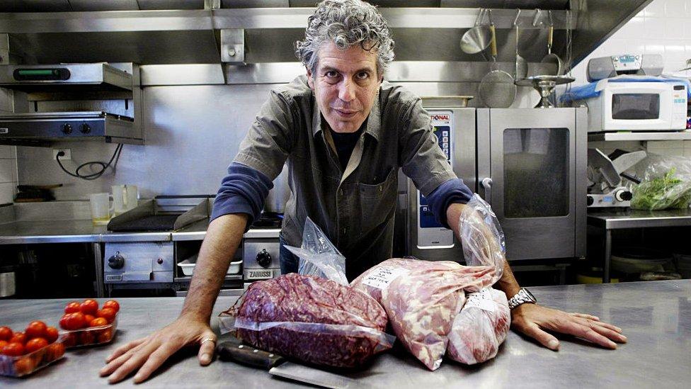 """La inusual vida de Anthony Bourdain, el """"chico malo"""" de la cocina que tenía """"el mejor trabajo del mundo"""""""