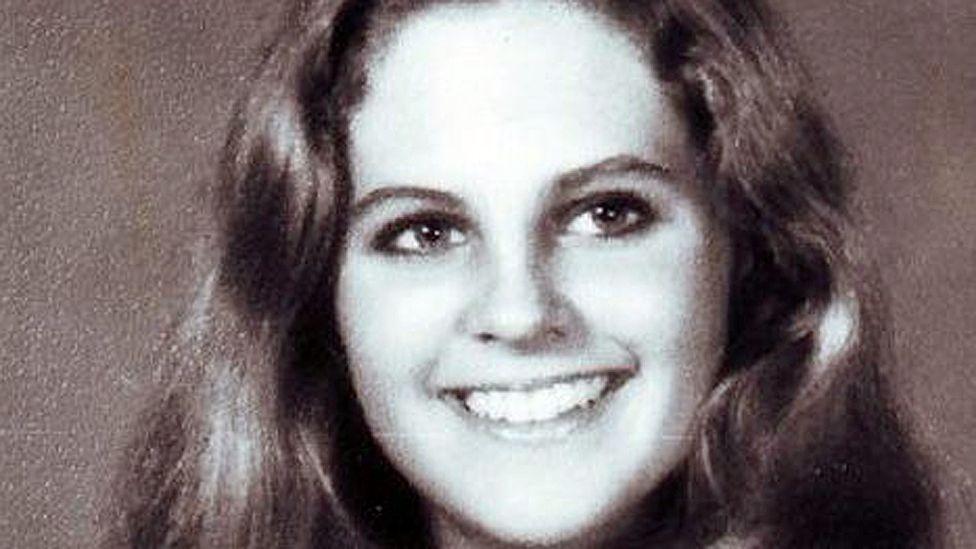 Angela Samota fue encontrada en su habitación, sin vida, una noche de 1984.