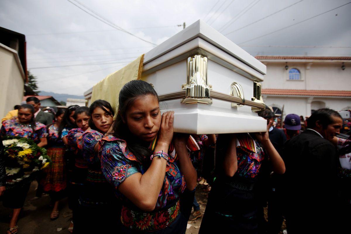 Mujeres cargan el féretro de Claudia Gómez González en la aldea La Unión Los Mendoza.