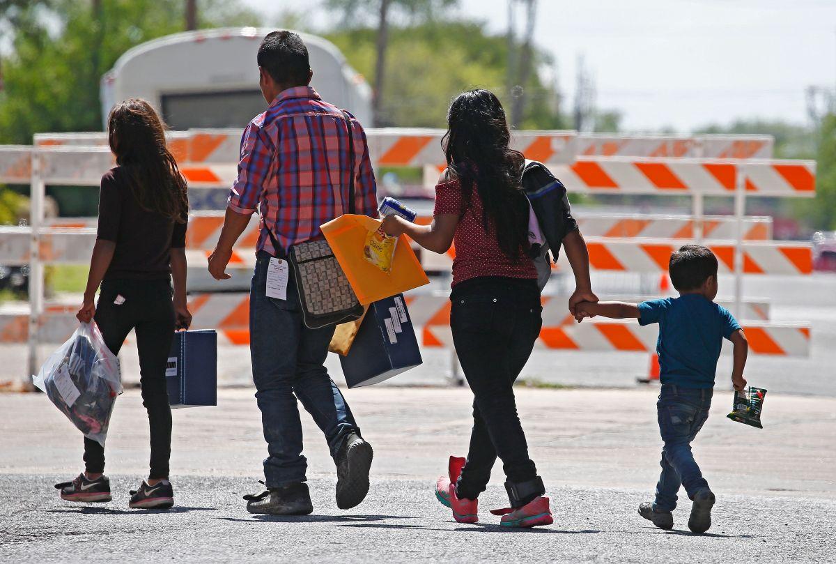 Familias migrantes son procesadas en la Estación Central de Autobuses en McAllen.