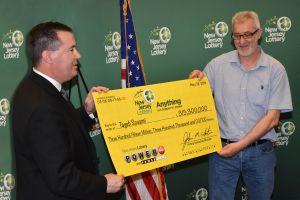 """Un inmigrante gana más $315 millones de la lotería Powerball por """"malgastar dinero"""""""