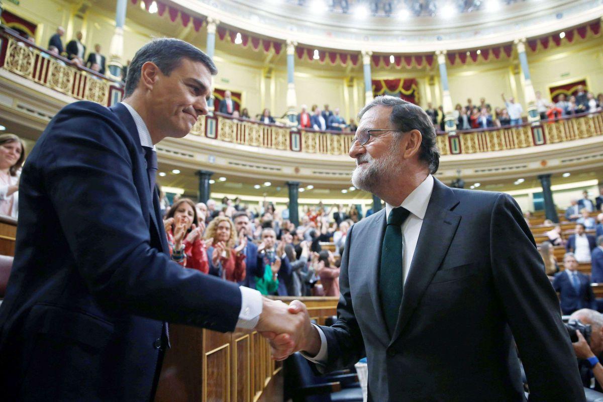 Sánchez es felicitado por Rajoy al traspasarle el poder