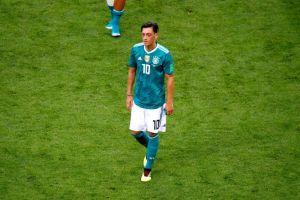 Mezut Ozil encaró a aficionados alemanes tras la eliminación