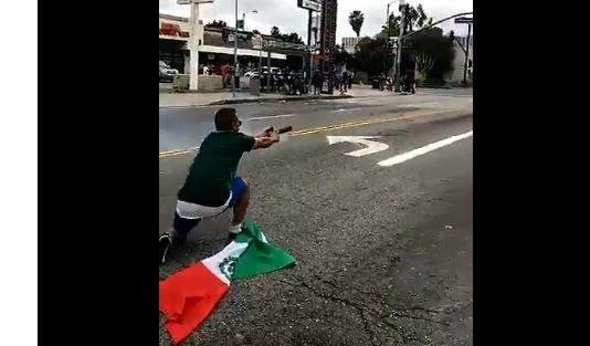 El aficionado mexicano no tuvo deparo en dispararle a los oficiales.