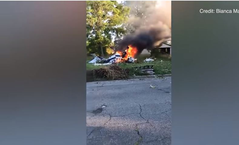 La avioneta ardía en llamas cuando el joven logró salir.