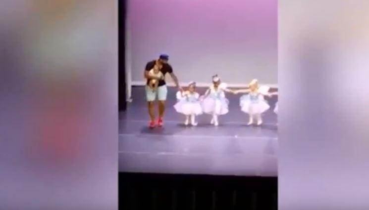 El papá no tuvo empacho para subir a bailar con su hija.