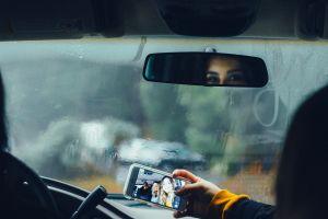 ¿Qué tanto se distraen los jóvenes cuando manejan su auto?