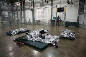 Centro de detención rechaza ayuda de doctores para evitar epidemia entre inmigrantes detenidos