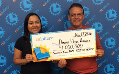 Damaris Vazquez y su papá muestran el premio que ganaron con Scratchers.