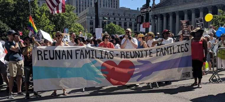 Los manifestantes pidieron la reunificación de más de 2,000 niños con sus padres.